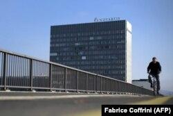 Pojedine evropske kompanije, poput švajcarskog Novartisa, su poslovale u Iranu i dok su važile prethodne sankcije, pre sporazuma 2015.