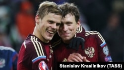 Russian soccer Aleksandr Kokorin (left) and Pavel Mamayev (file photo)