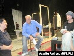 Fuad Poladov aktyor həmkarlarıyla birlikdə
