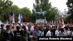 Lîngă statuia lui Robert E. Lee la manifestația ultranaționaliștilor de la Charlottesville, Virginia,