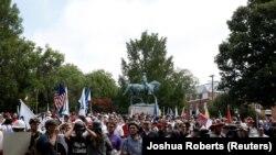 Белые националисты у памятника генералу Ли в городе Шарлотсвилле