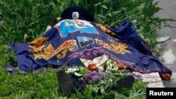 Тіло вбитого міліціонера, який загинув під час нападу проросійських бойовиків на будівлю МВС у Маріуполі, 9 травня 2014 року