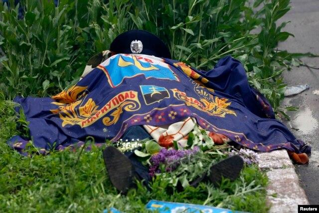 Убитый милиционер перед горсоветом в Мариуполе, 9 мая
