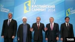 حسن روحانی (نفر دوم از چپ) همراه با سایر رهبران کشورهای ساحلی دریای خزر