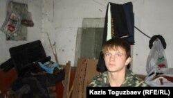 Бывший воспитанник «приюте отца Софрония» в подсобке, где он теперь проживает с отцом. Алматы, 18 ноября 2013 года.