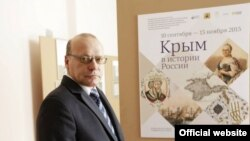 Директор Центрального музея Тавриды Андрей Мальгин возле афиши выставки