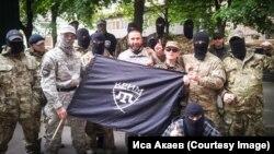 Бійці батальйону «Крим», в центрі (за прапором) командир Іса Акаєв