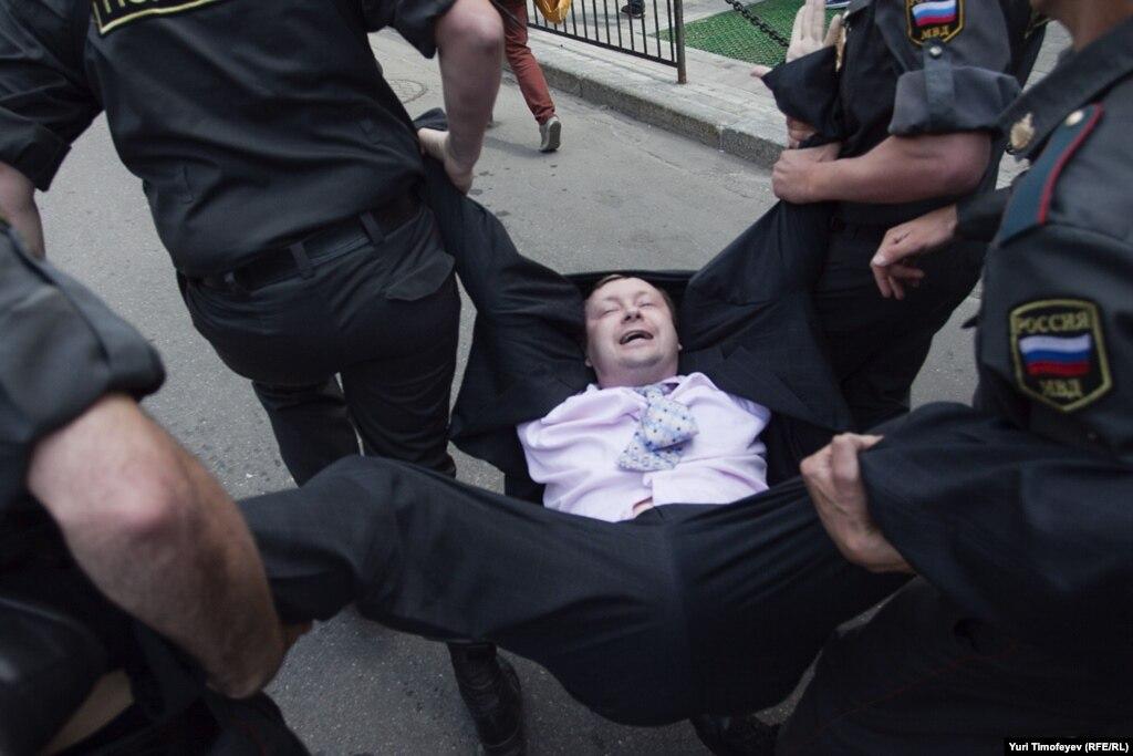 Суд в Москве оправдал гей-активиста.