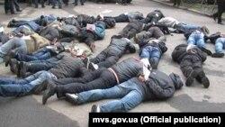 Задержанные милицией мужчины, находившиеся в здании Харьковской областной администрации. 8 апреля 2014 года. Фото МВД Украины.