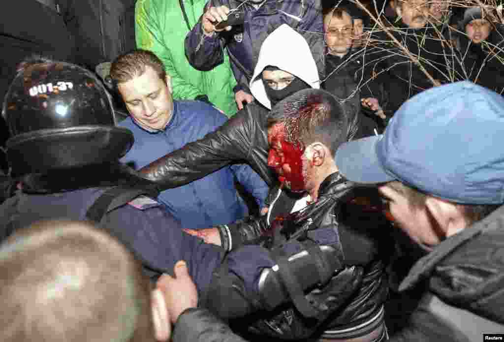 13 наурызда Украинаның Донецк қаласында ресейшіл және украинашыл шерушілер арасында болған қақтығыстар салдарынан бір адам қаза тауып, бірнеше адам ауруханаға түскен. Ал ертеңінде Харьков қаласында болған қақтығыстарда екі адам мерт болды.