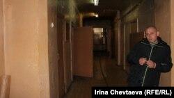 Охранник в подъезд общежития пропускает только жителей дома