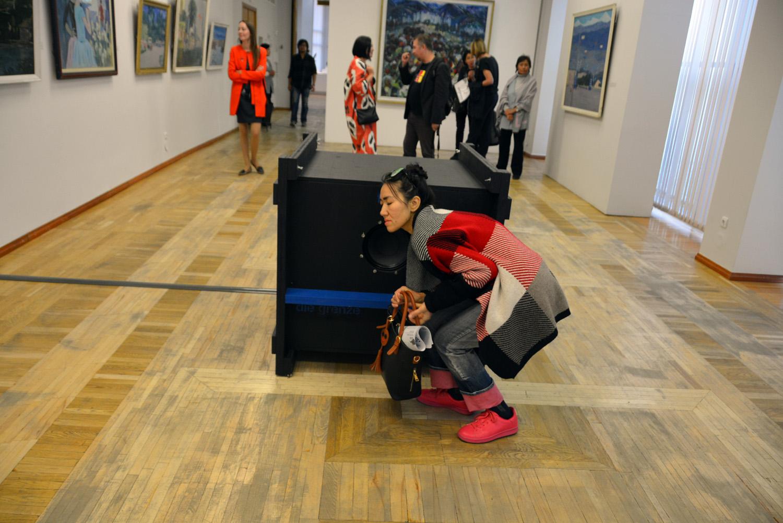 Прослушивание аудио-арта «Взаимная незавершенность» Айтегина Джумалиева (Кыргызстан). Композиция разделена на несколько звуковых спектров. Если стоять близко, то слышны только звуки одного спектра. Чтобы услышать целиком, надо отойти подальше.