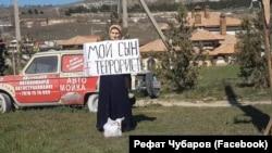 Ruslan Suleymanovnıñ anası keçirgen bir kişilik narazılıq aktsiyası