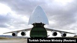 Российский самолёт доставил С-400 на турецукю авиабазу, 12 июля 2019 года.