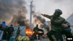 Участники антиправительственных протестов на баррикадах в центре Киева. 19 февраля 2014 года.