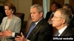 جرج بوش، رییس جمهوری در کنار نانسی پلوسی، رییس مجلس نمایندگان و سناتور هری رید، رهبر اکثریت دمکرات های سنای آمریکا