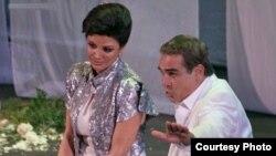 هوشنگ توزیع همراه با همسرش شهره آغداشلو در نمایش «یک ایرانی در بهشت»