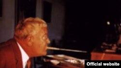 """Арнульф Эрих Стегманн — основатель Международной ассоциации художников, рисующих ртом и ногами (Photo — <a href=http://www.amfpa.com/html/show.php?lang=2&mid=100&oid=943 target=""""_blank"""">AMFPA</a>)"""