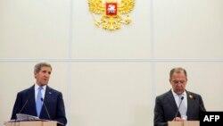 Pamje nga një takim i mëparshën ndërmjet John Kerryt (majtas) dhe Sergei Lavrovit