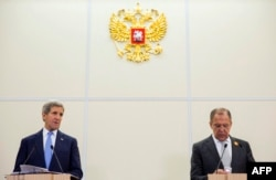 Державний секретар США Джон Керрі (ліворуч) та міністр закордонних справ Росії Сергій Лавров. Сочі, 12 травня 2015 року