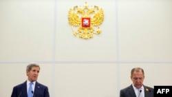 John Kerry (majtas) dhe Sergei Lavrov në konferencën për shtyp pas takimit në Soçi