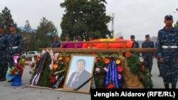 Апаз Жайнаковду акыркы сапарга узатуу зыйнаты. Баткен шаары, 10-октябрь, 2013.
