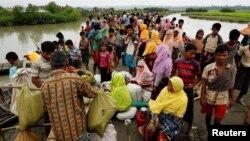 Беженцы на реке Наф в Мьянме ожидают лодки для перехода границы. 7 сентября 2017 года.