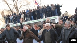 Armenia -- Supporters of opposition presidential candidate Levon Ter-Petrossian make a human chain as they protest in Yerevan, 01Mar2008