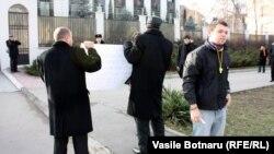 Protest în faţa ambasadei ruse de la Chişinău