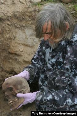 Юрій Дмитрієв на місці віднайдення жертв розстрілу