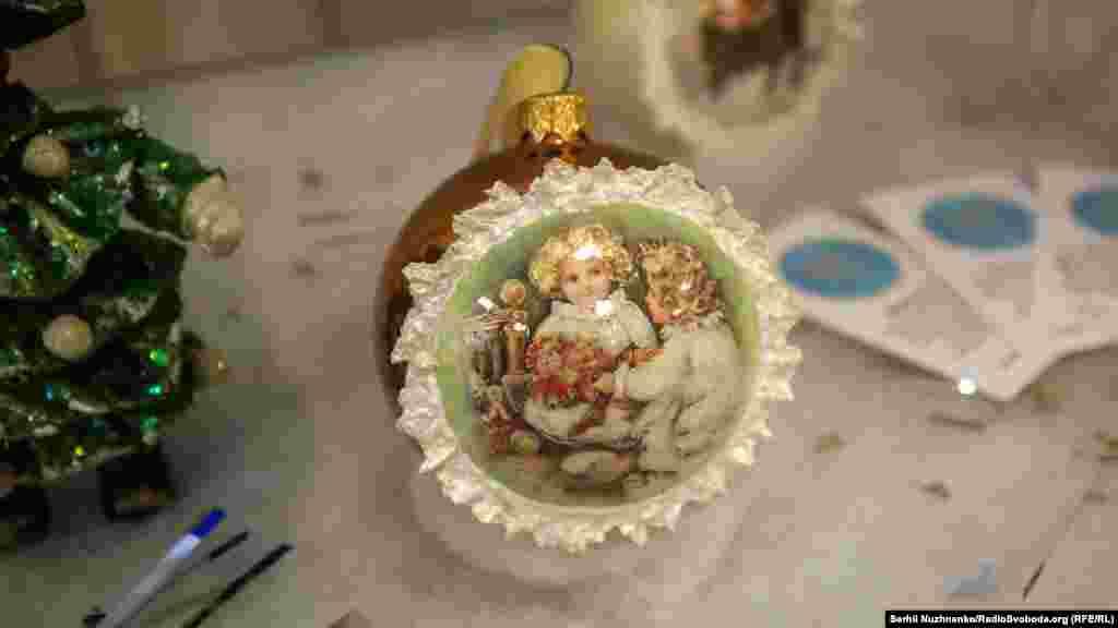 Також представлені ялинкові прикраси та новорічно-різдвяна атрибутика від українських майстрів та фотозони