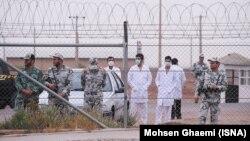 این تصویر در آبان ۱۳۹۲ در جریان حضور شماری از مدافعان سیاستهای هستهای جمهوری اسلامی در نزدیکی تاسیسات هسته ای فردو گرفته شدهاست