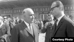Тодор Живков и Александър Дубчек на летището в Прага на 12 април 1968. Няколко месеца войските на Варшавския договор ще нахлуят в Чехословакия