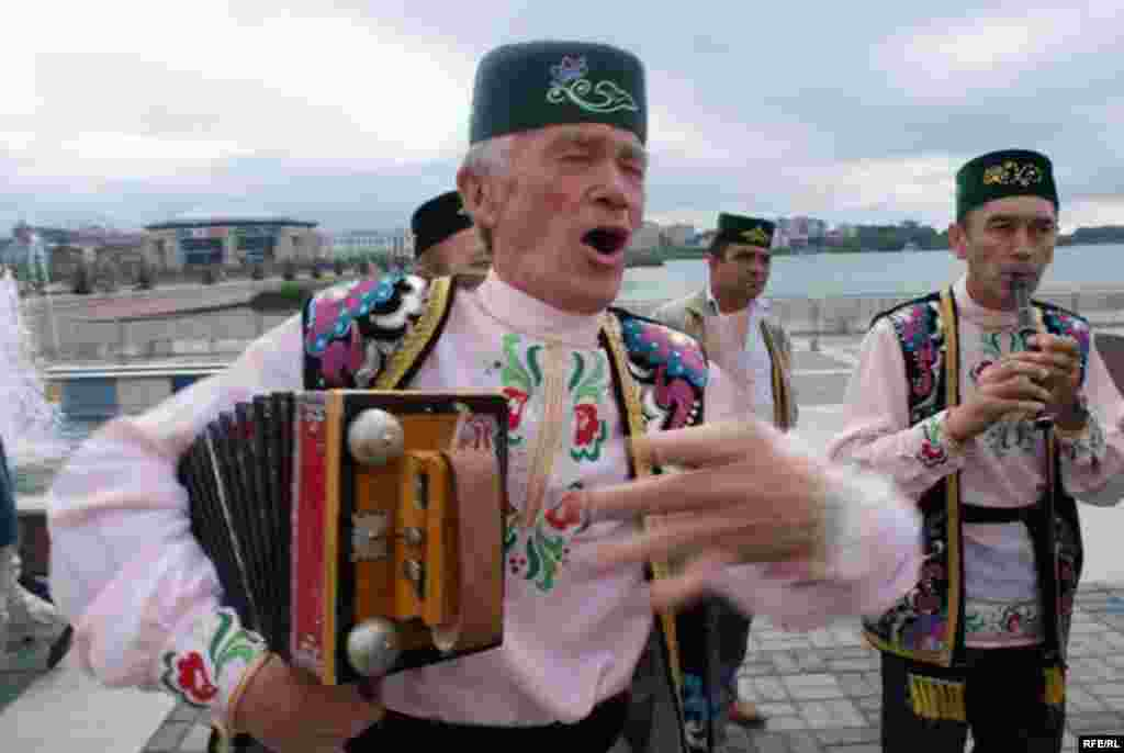 30 август – Татарстан республикасының мөстәкыйльлеге турында декларация кабул ителгән көн - Татарстан гармунчылары белән бергә Башкортостан, Чиләбе һәм башка төбәкләрдән килгән үзешчән артистлар чыгыш ясады