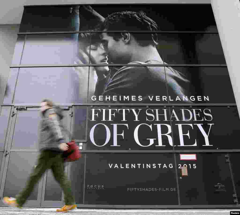 """Повсюду плакаты фильма """"Пятьдесят оттенков серого"""". Фанаты нашумевшего романа стояли в очередях за билетами на премьеру, которая прошла на Берлинале, хотя фильм тут же вышел в широкий прокат"""