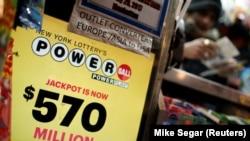 Продавец лотерейных билетов. Нью-Йорк, Манхэттен. Фото Mike Seger/REUTERS