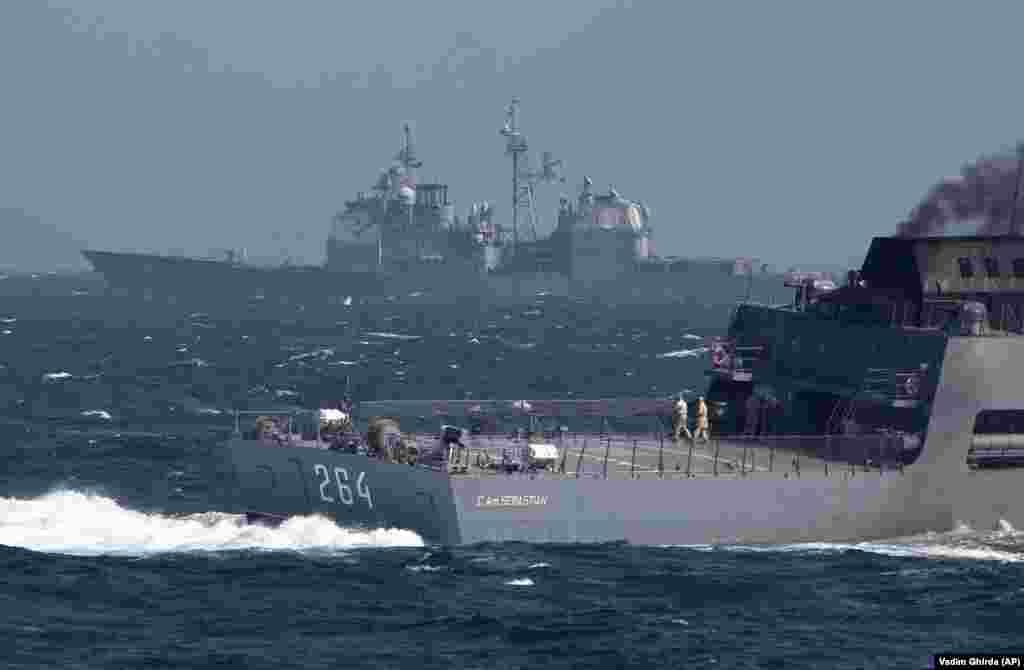 РОМАНИЈА - Американски воен брод пристигна во романското пристаниште Констанца на Црно Море. Станува збор за бродот Форт Мекхенри кој е прв американски воен брод што влегува во водите на Црно Море по инцидентот со заробувањето на три украински воени бродови и нивниот екипаж од страна на руските сили во ноември лани во близина на Крим. Американскиот брод ќе учествува на заедничките воежни вежби со романската морнарица во меѓународните води на Црно Море.