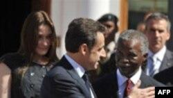 نيکلا سارکوزی، رييس جمهوری فرانسه، و تابو مبيکی، رييس جمهوری آفريقای جنوبی. (عکس از AFP)
