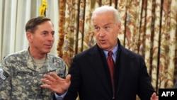 Вице-президент США Джо Байден и командующий силами коалиции в Афганистане Дэвид Петреус