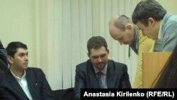 """адвокат Рамиль Ахметалиев изучает письмо В.Чурова, которое ему разрешили """"скопировать с помощью собственных средств"""""""
