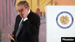 Armenia - Former President Levon Ter-Petrosian votes in parliamentary elections, Yerevan, 6May2012.
