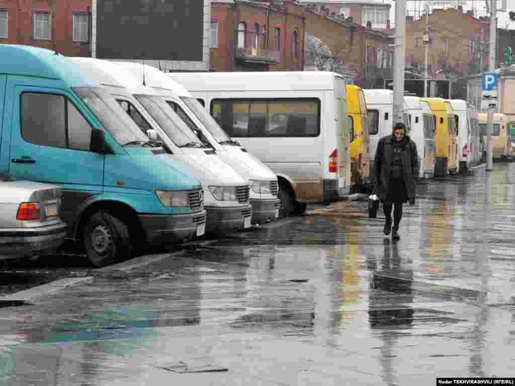 აქციის მონაწილეთა მიკროავტობუსები - რამდენიმე დღეა, რაც თბილისში სამარშრუტო მიკროავტობუსების მძღოლების საპროტესტო აქციები იმართება.