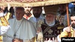 Папа Римский Франциск (слева) и Католикос всех армян Гарегин Второй в Эчмиадзине, июнь 2016 г.