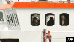 Сотрудники Следственного комитета РФ на борту судна Arctic Sunrise