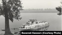 """Речной катер экспедиции общества """"Мемориал"""". Назино. 1989"""