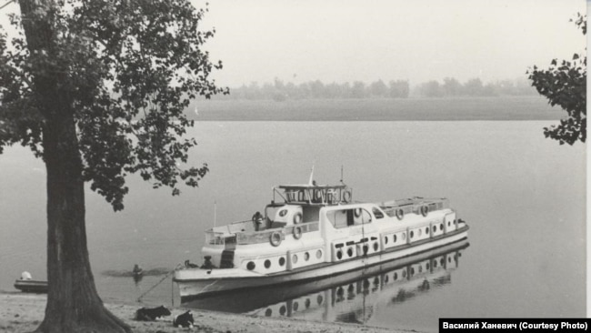 Речной катер экспедиции общества 'Мемориал'. Назино. 1989
