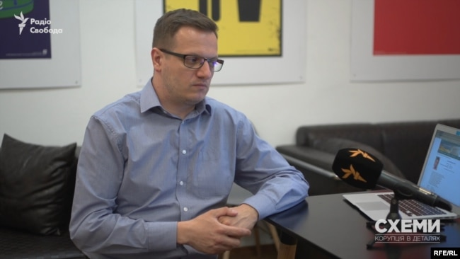 Юрист ЦПК Андрій Савін вважає, що парламентар не мав би цього робити: «Народний депутат – це серйозна посада. Заборонено реалізовувати будь-які повноваження в приватних цілях»