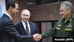 Siria- Președintele rus Vladimir Putin (centru), președintele sirian Bashar al-Assad (stânga) și ministrul rus al apărării Serghei Shoigu (dreapta) vizitează sediul forțelor ruse din Damasc, 7 ianuarie 2020