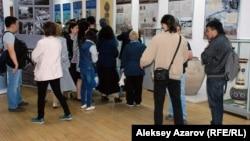 В зале музея истории Алматы во время «Ночи музеев». Алматы, 22 мая 2015 года.