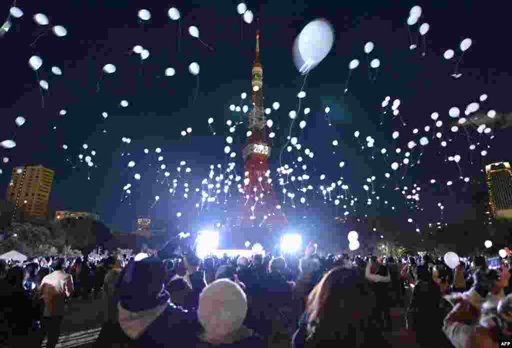 People release balloons to mark the arrival of the new year during an annual countdown ceremony near the Prince Park Tower Tokyo. (AFP/Kazuhiro Nogi)